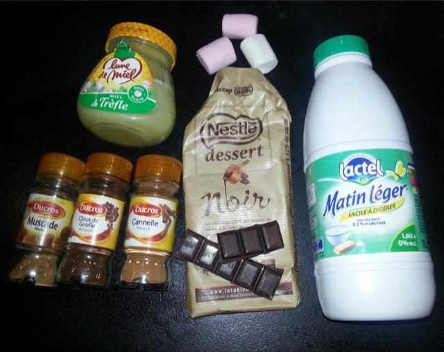 Ingrédients recette chocolat chaud, lait, miel, cannelle, muscade, clous de girofle