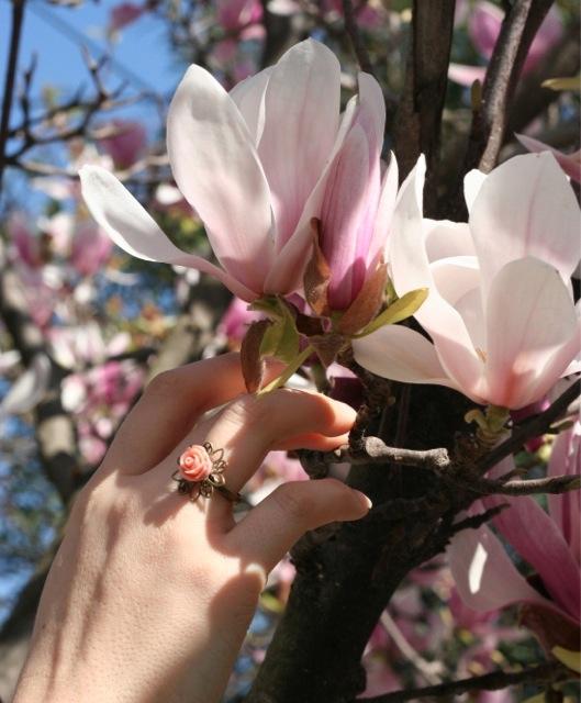 Bague fantaisie à fleur rose pastel bijoux fantaisie de Divine et Féminine au milieu des magnolias