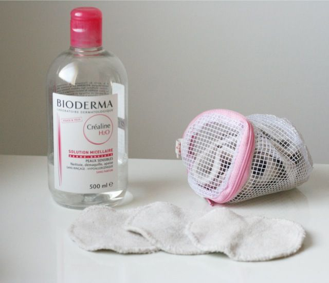 démaquillage à l'aide de lingettes lavable et réutilisables et de Créaline H2O de Bioderma eau micellaire.