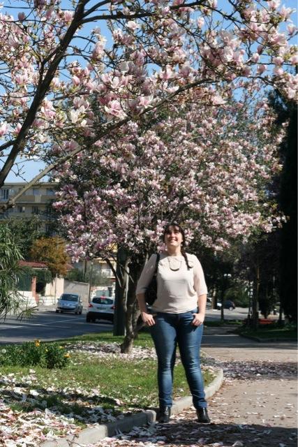 mode look frais et féminin au milieu des magnolias d'Antibes