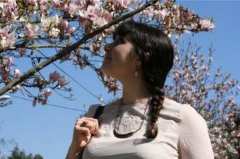 bijoux fantaisie mode look frais et féminin au milieu des magnolias d'Antibes