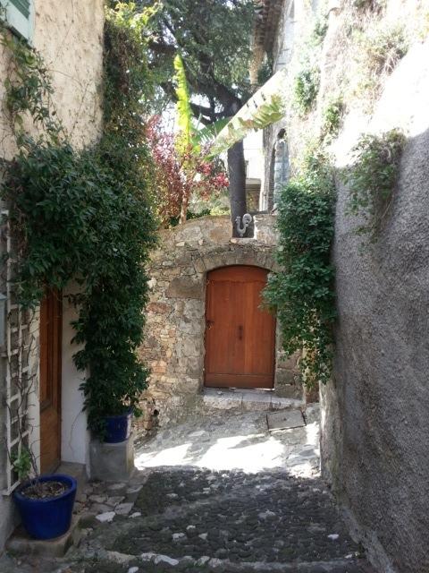 Balade dans les ruelles du vieux village de Biot