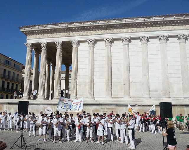 Concours de bandas devant la maison carrée de Nîmes durant la feria 2014