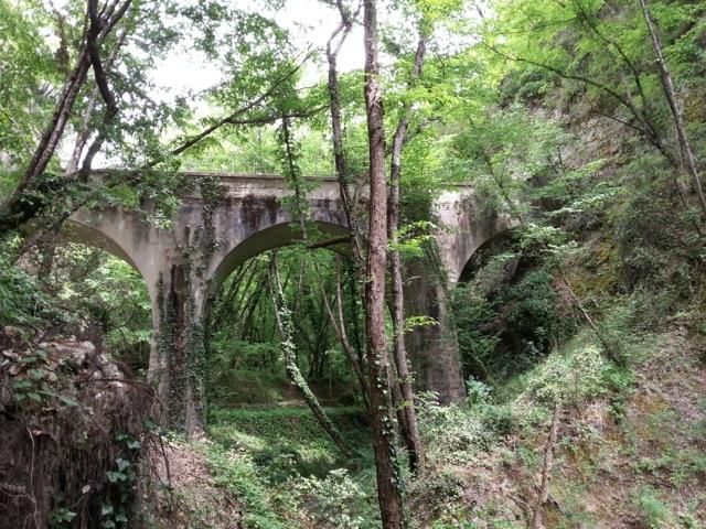 Aqueduc du canal de la Vésubie vu lors de la randonnée dans le vallon obscur du Donaréo à Nice