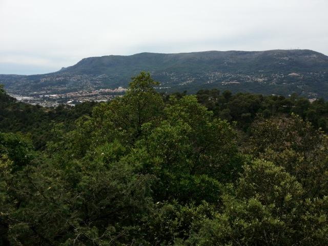 Panorama sur Gattières vu depuis la randonnée dans le vallon obscur du Donaréo à Nice