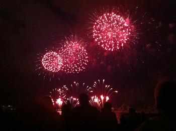 feux d'artifices de l'été sur la baie de Cannes pour le festival pyromélodique