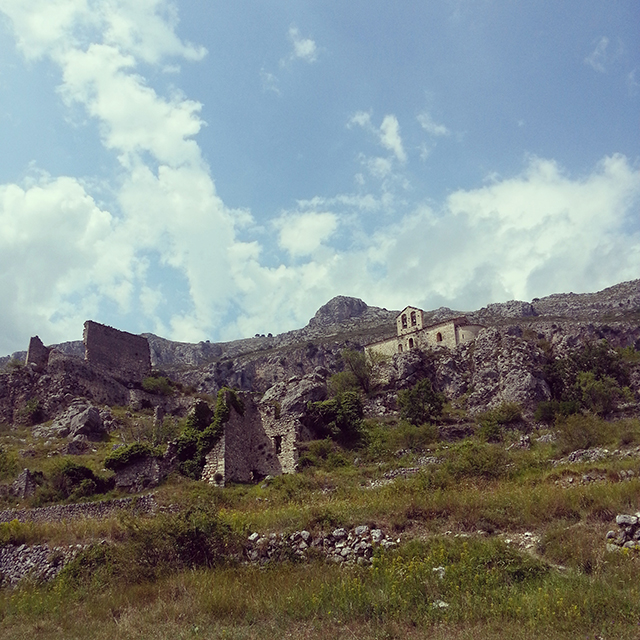 Les ruines au dessus du village de Gréolières.