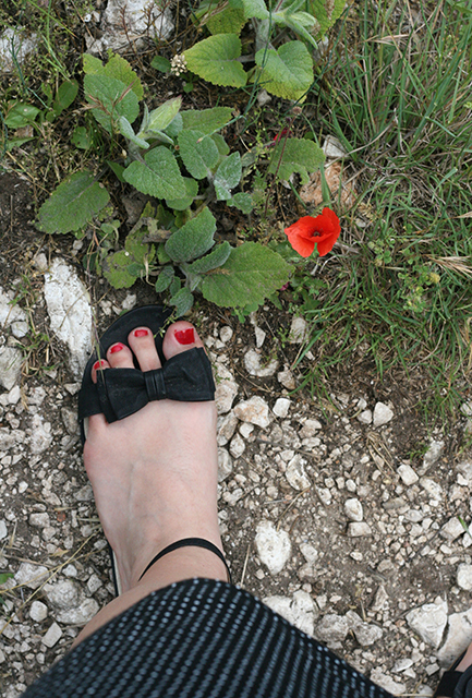 Sandales d'été avec petit noeud noir.