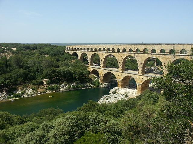 Vue sur le pont du Gard depuis les hauteurs.