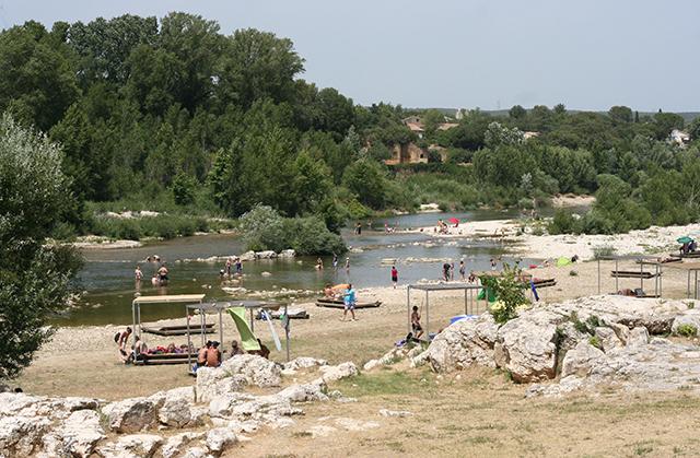 Sur le site du pont du Gard, des espaces plages sont aménagés autour du Gardon.