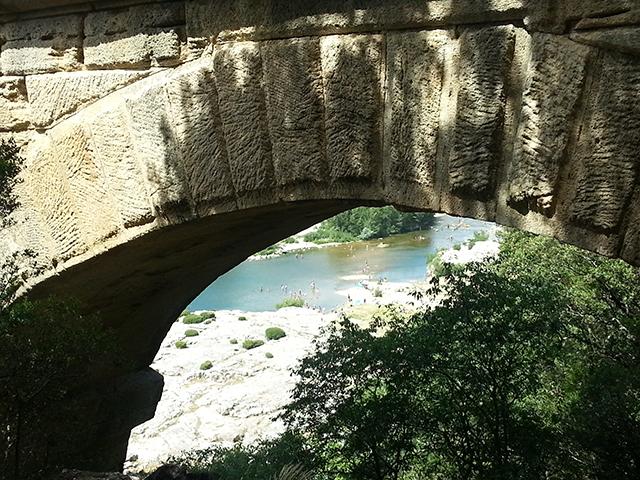 Vue sous un arche du pont du Gard