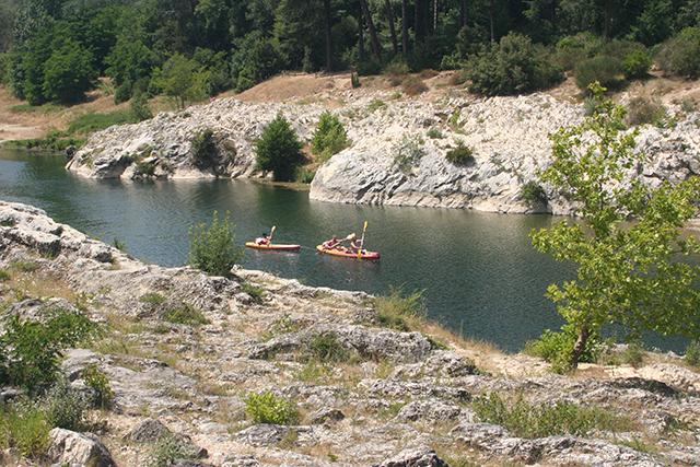 Sur le site du pont du Gard, aperçu de canoë kayak sur le Gardon.