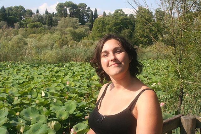 Look mode avec débardeur Vera Mont de chez modz au milieu des lotus géants de l'étang de Fontmerle.