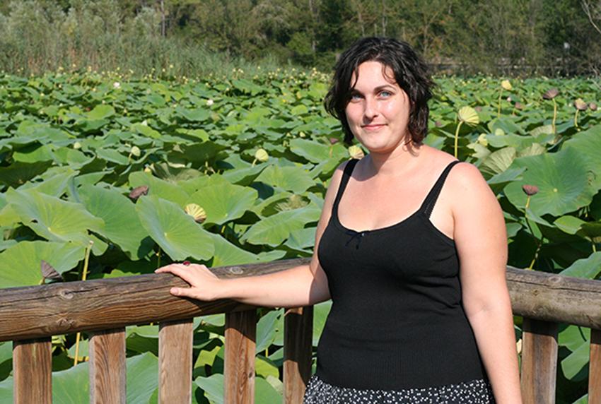 Look mode avec débardeur Vera Mont de chez modz au milieu des lotus geants de l'étang de fontmerle
