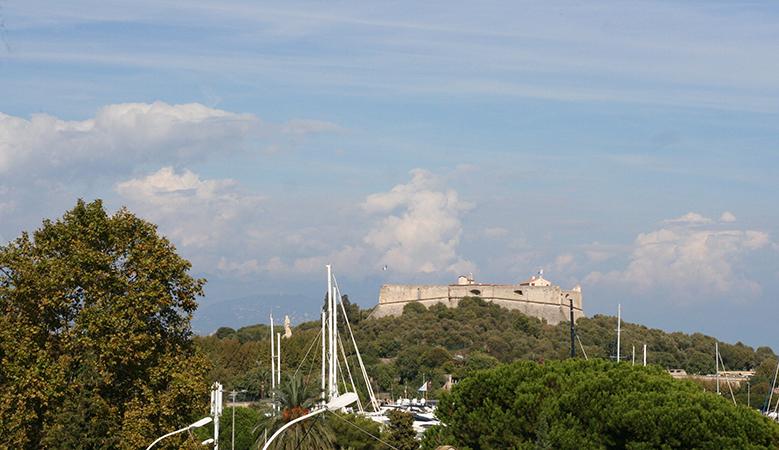 Fort carré d'Antibes vu depuis la passerelle de la gare SNCF