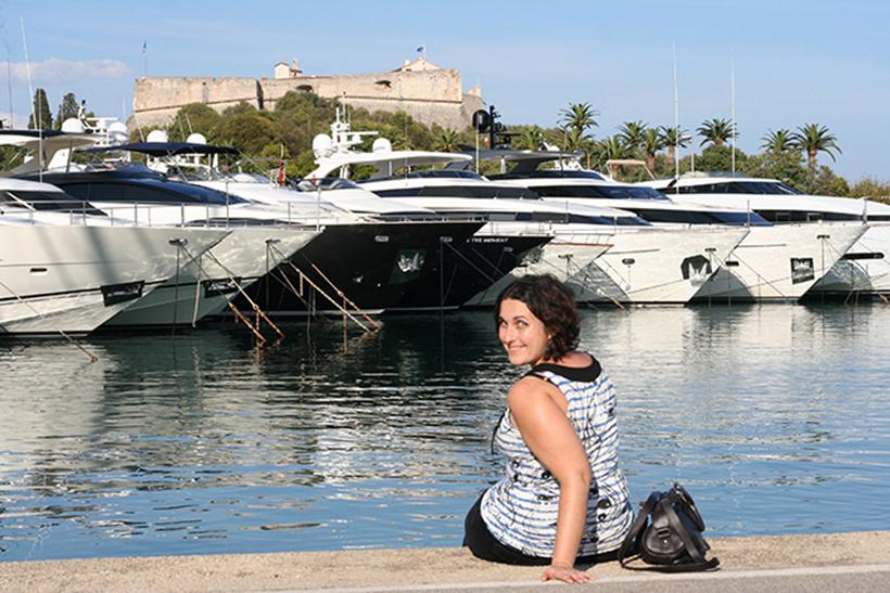 Look mode avec marinière sur le port Vauban d'Antibes, face au fort carré