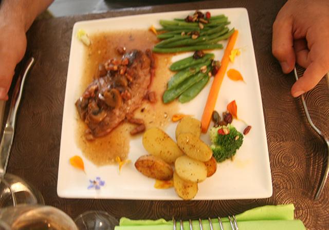 Magret de canard, lardons et champignons du restaurant la Taille de Guêpe à Antibes.
