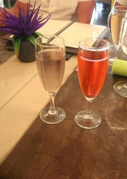 Apéritif, kir à la violette et au coquelicot du restaurant la Taille de Guêpe à Antibes.