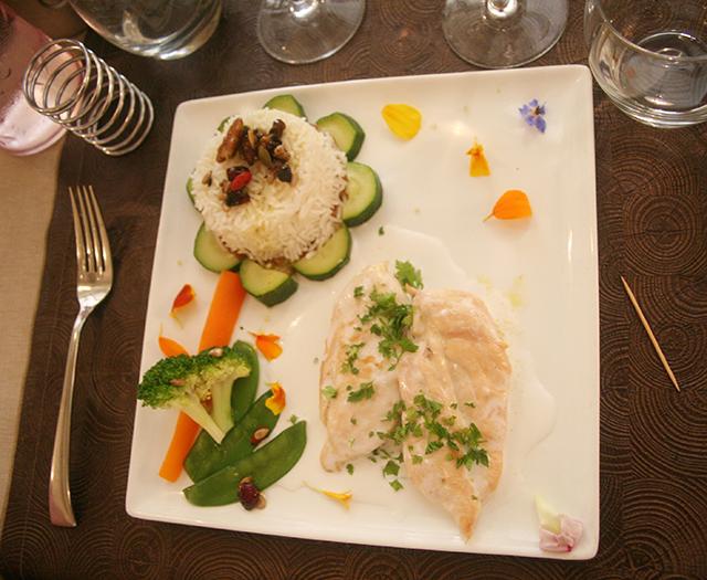Suprême de poulet jaune, crème de coco et citron vert, du restaurant la Taille de Guepe à Antibes