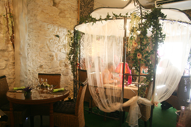 Salle et tonnelle du restaurant la Taille de Guêpe à Antibes.