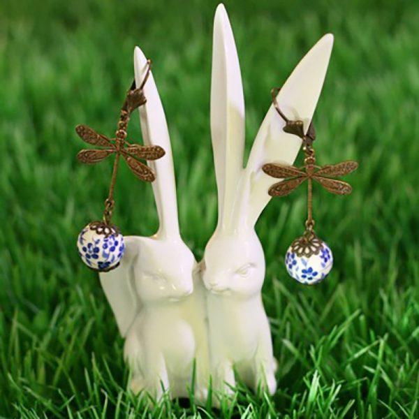 Boucles d'oreilles libellule bronze et perles à fleurs bleues par Divine et Féminine.