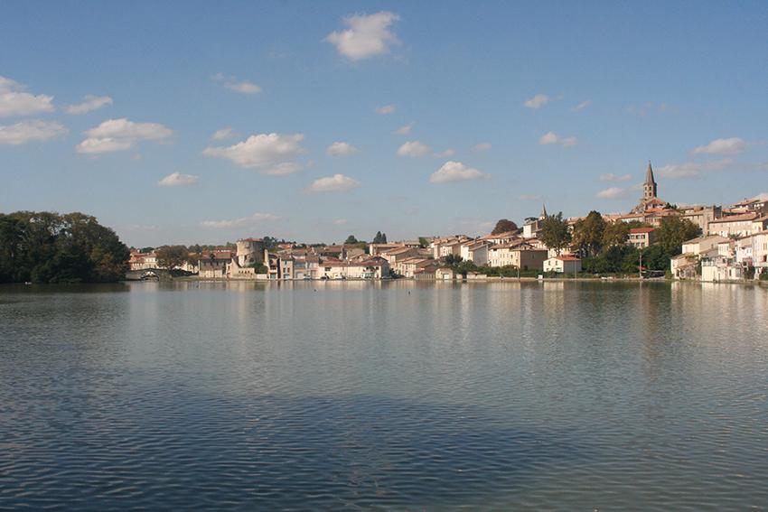 Grand bassin, vue sur la ville de Castelnaudary