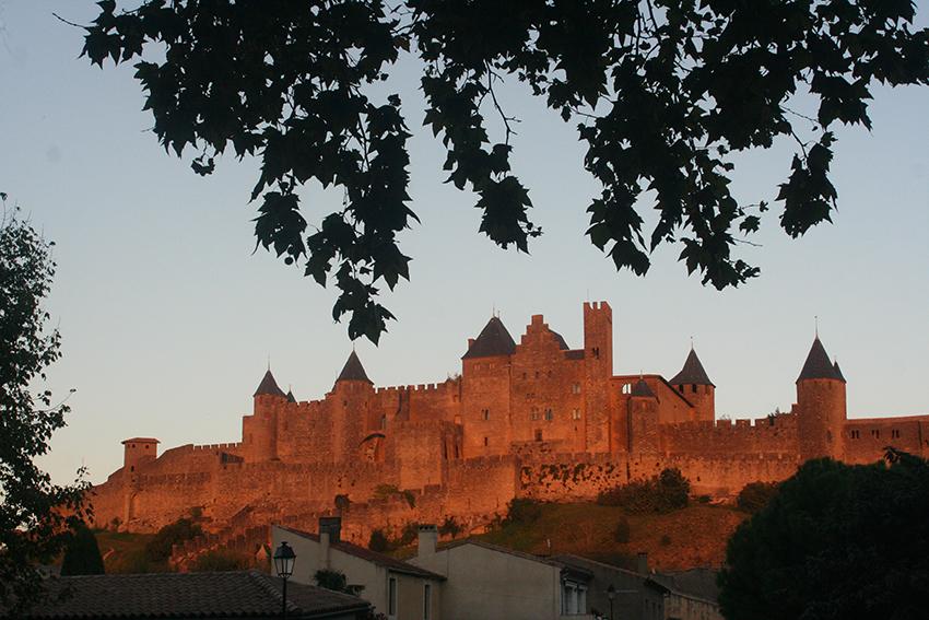 Cité de Carcassonne rouge au coucher du Soleil
