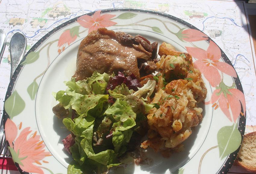 Confit de canard et pommes sarladaises du restaurant la rapière à Sarlat-la-Canéda