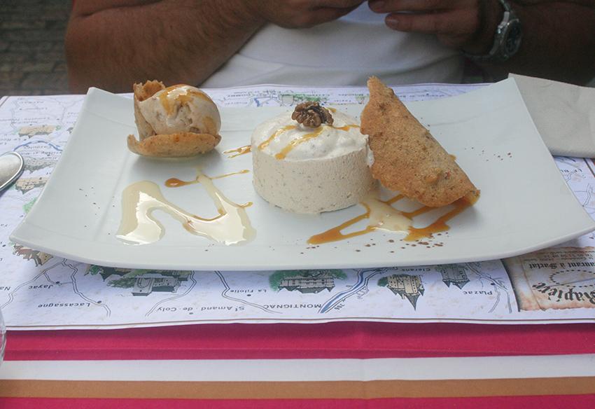 Mousse, glace et tuile aux noix du restaurant la rapière à Sarlat-la-Canéda