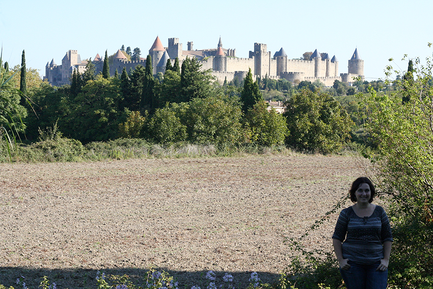 Photo d'un look, mode devant la cité de Carcassonne