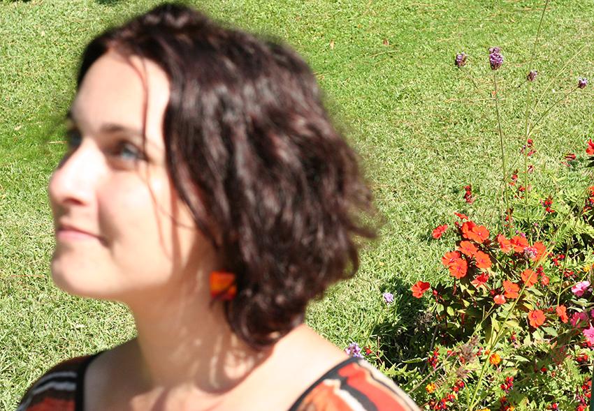 Look orange avec boucles d'oreilles carrées en coquillage et cristal.