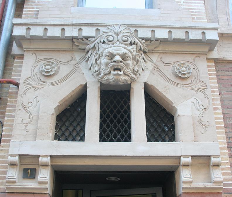 Fronton d'une porte à Toulouse