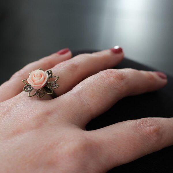 Bague petite rose rose claire et laiton bronze par Divine et Féminine.