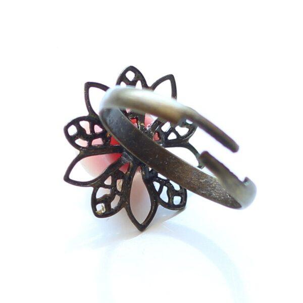 Bague petite rose réglable, anneau en laiton bronze et fleur en résine, par Divine et Féminine.