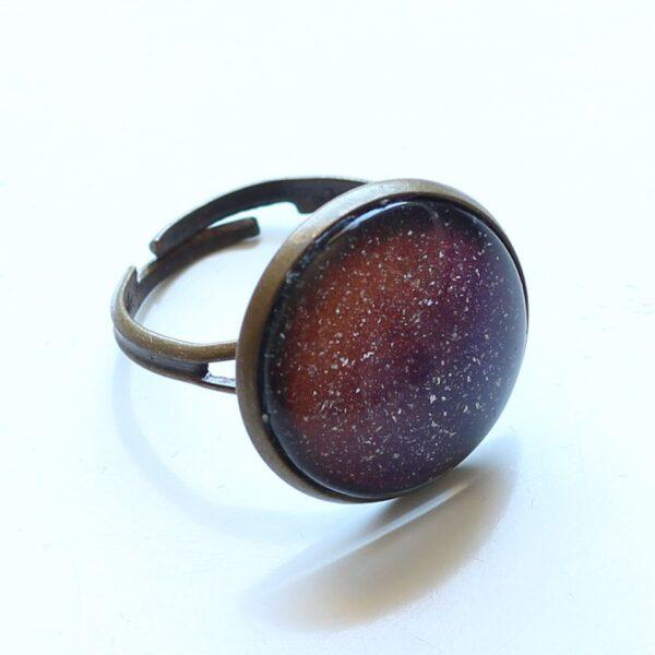 Bague galaxie sous cabochon de verre avec anneau réglable en laiton bronze par Divine et Féminine.