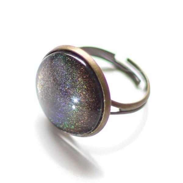 Bague hologramme paillette sous cabochon en verre et anneau laiton bronze réglable par Divine et Féminine.