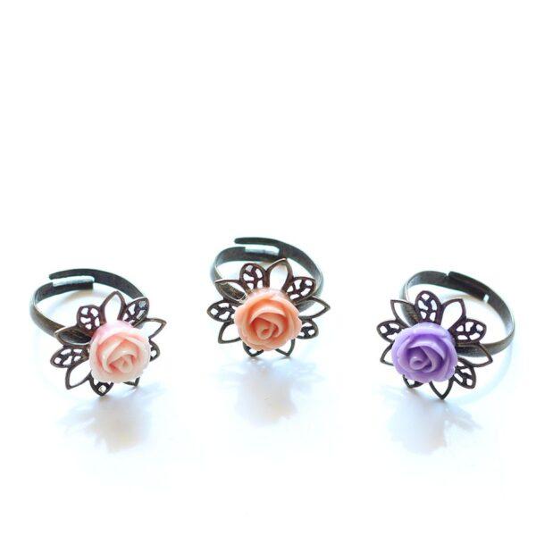 3 bagues petite rose réglables, anneau en laiton bronze et fleur en résine, par Divine et Féminine.