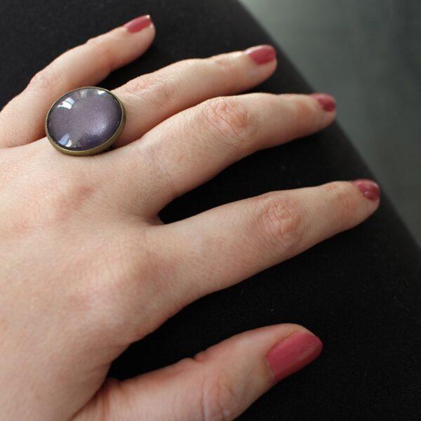 Bague violet cabochon de verre et laiton bronze par Divine et Féminine.