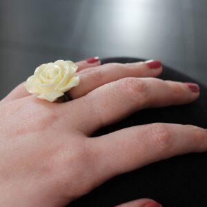 Bague rose blanche en résine par Divine et Féminine.