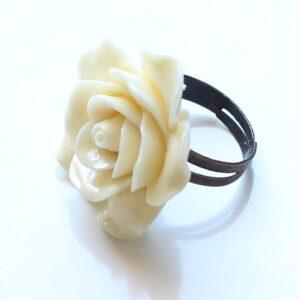 Bague rose blanche réglable, anneau en laiton bronze et fleur en résine, par Divine et Féminine.
