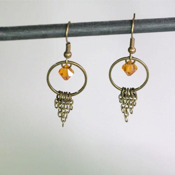 Boucles d'oreilles chaines et anneau bronze et perle en cristal topaze par Divine et Féminine.
