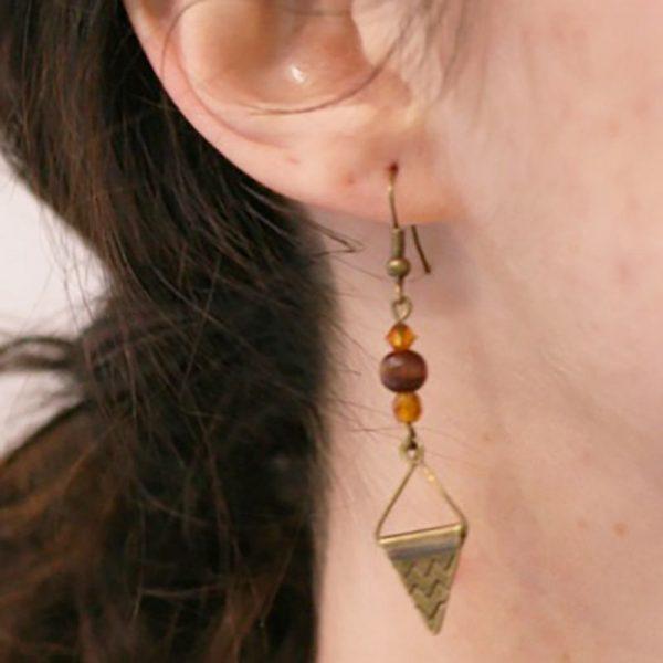Boucles d'oreilles inspiration aztèque ethnique avec triangle bronze et perle en bois par Divine et Féminine.