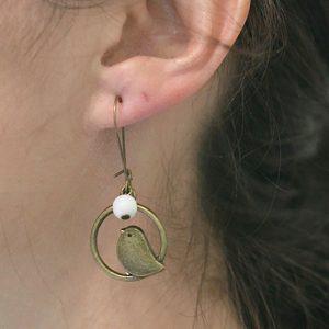 Boucles d'oreilles oiseaux sur cercle bronze et perle blanche nacrée par Divine et Féminine.