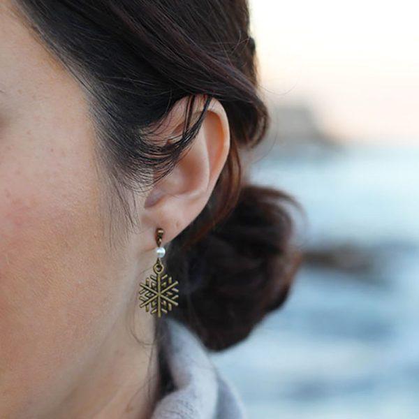 Boucles d'oreilles puces flocon de neige bronze par Divine et Féminine.