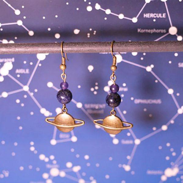 Boucle d'oreille Saturne planète et espace par Divine et Féminine.