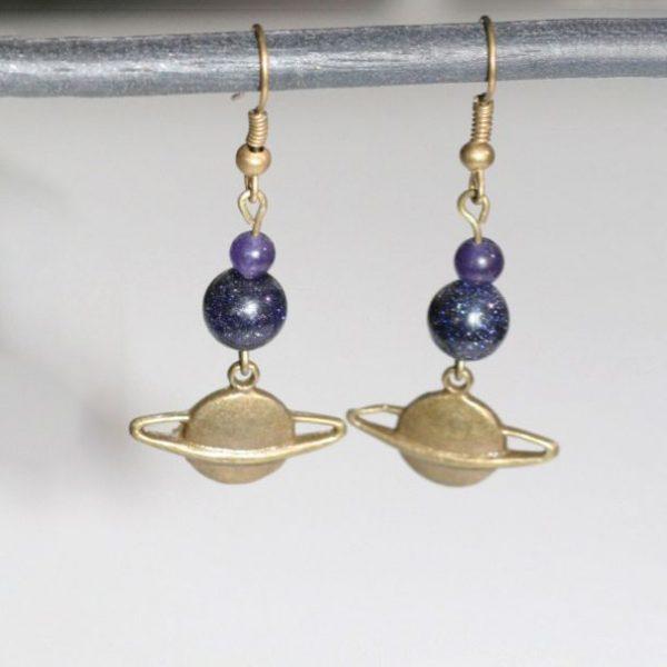Boucles d'oreilles Saturne planète bronze et perle façon galaxie étoilée par Divine et Féminine.