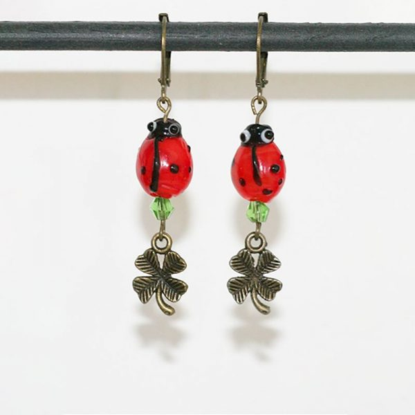 Boucles d'oreilles coccinnelle en verre, perle de cristal et trèfle en bronze symboles de chance et porte-bonheur par Divine et Féminine.
