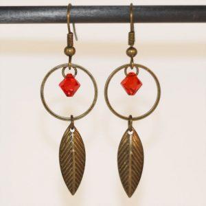 Boucles d'oreilles feuille d'Automne et perle en cristal par Divine et Féminine.