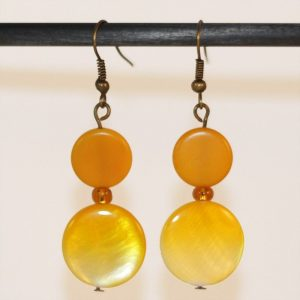 Boucles d'oreilles pendantes rondes jaune Soleil perle en nacre par Divine et Féminine.