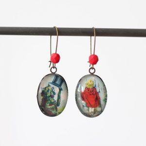 Boucles d'oreilles petit chaperon rouge et grand méchant loup issues du conte sous cabochon de verre par Divine et Féminine.